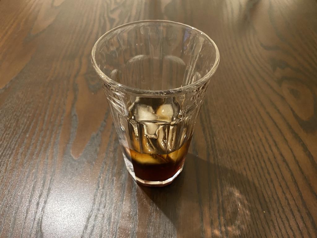 グラスにドリップコーヒーを入れる